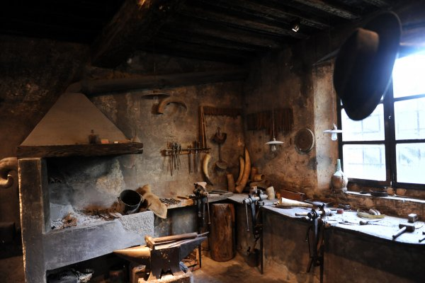 DEMONSTRATION IN THE ANCIENT CUTLER'S WORKSHOP